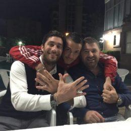 Manaj con l'agente Jimmy Fontana e un amico