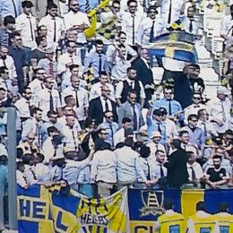 Tifosi del Verona in giacca e cravatta a Torino