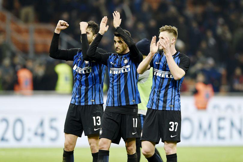 Giocatori dell'Inter sotto la curva