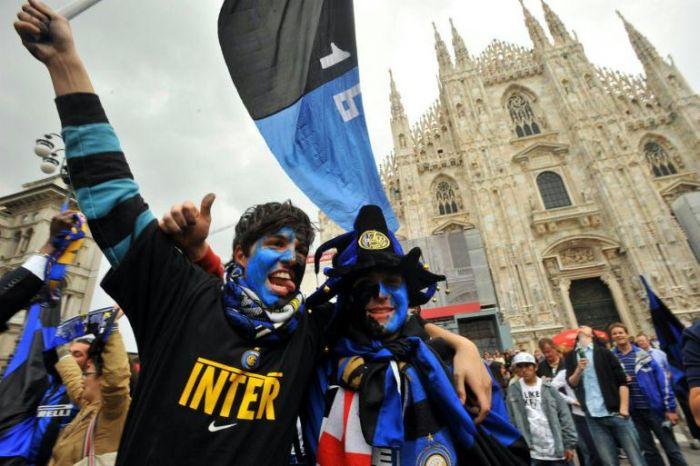 Tifosi dell'Inter in piazza duomo a Milano