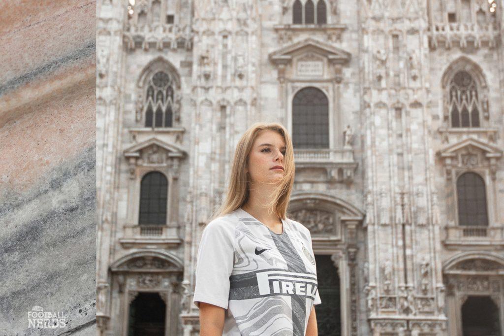 modella con terza maglia Inter