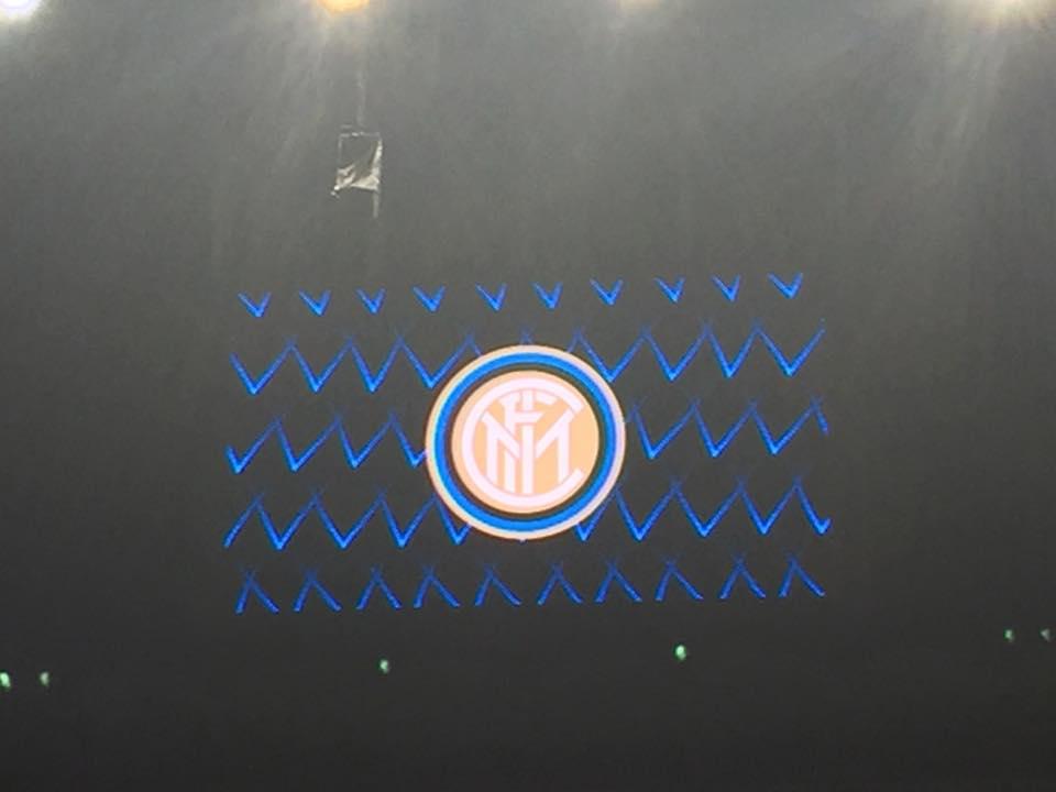 il logo dell'Inter sul tabellone di san siro