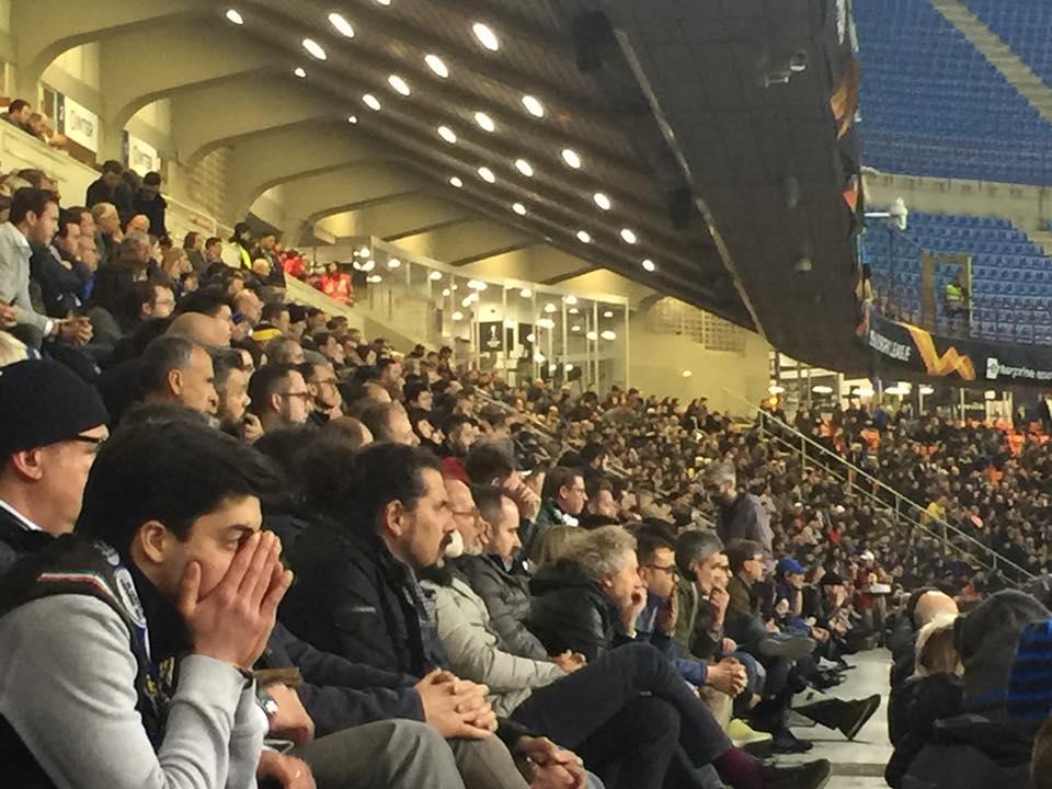 tifosi dell'inter che guardano la partita