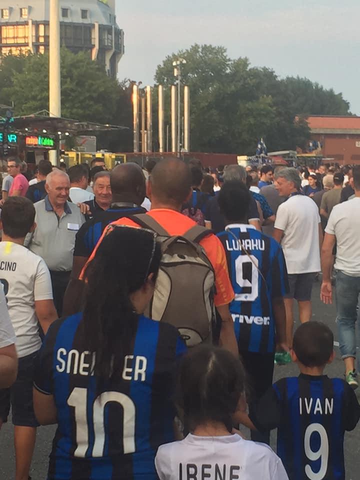 tifosi interisti fuori dallo stadio