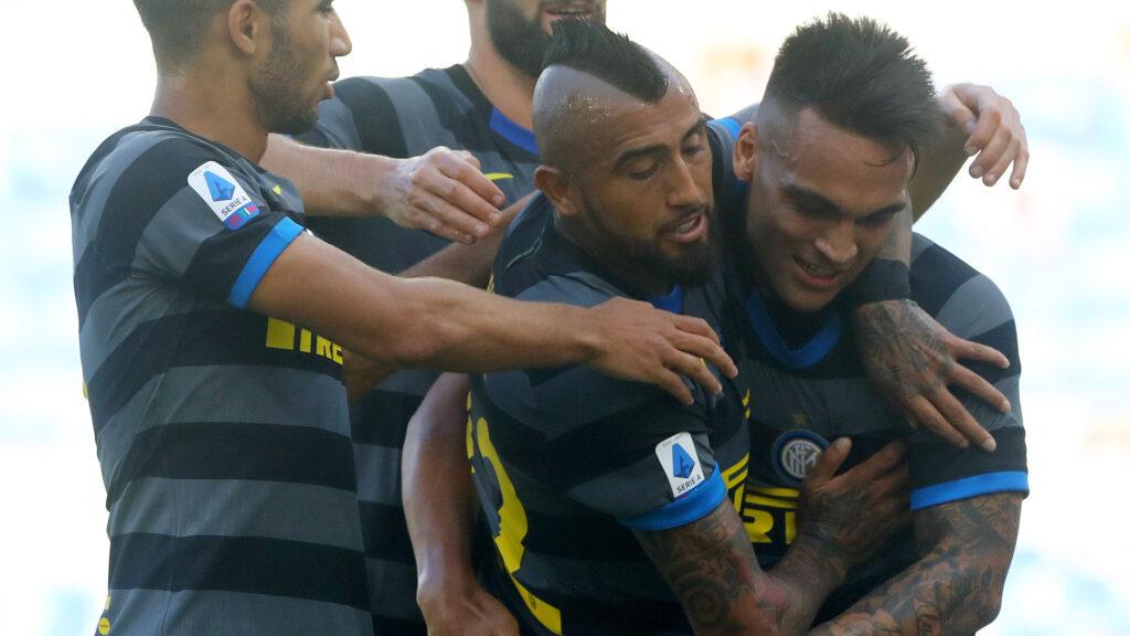 esultanza di Vidal e Lautaro nella partita con la Lazio