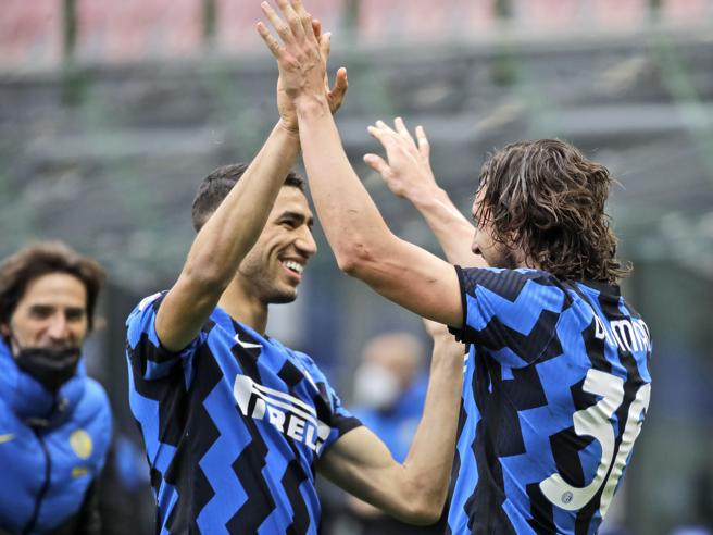 Darmian e hakimi esultano dopo l'assist e il gol contro il Cagliari